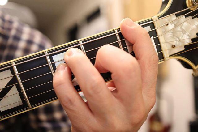 手の大きさとギターの上達